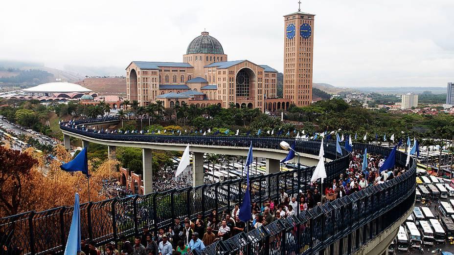 Fiéis chegam no Santuário Nacional, em Aparecida do Norte, no interrior de São Paulo, nesta sexta-feira, quando é comemorado o dia da Padroeira do Brasil