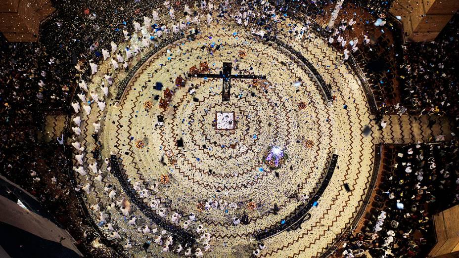 Chuva de papel picado na Basílica de Aparecida durante missa acompanhada por milhares de fiéis