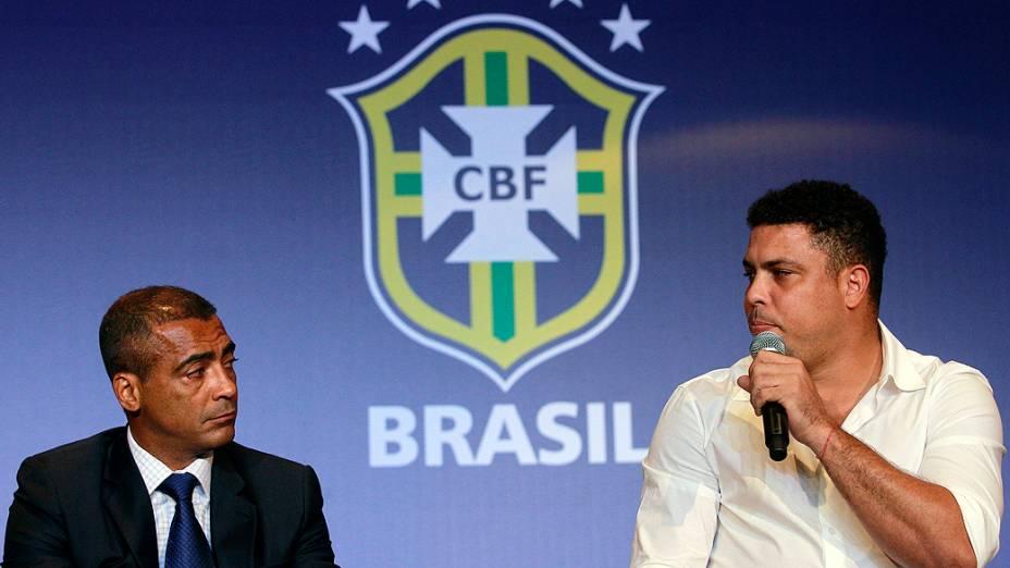 O deputado federal Romário e o membro do conselho de administração do Comitê Organizador da Copa, Ronaldo, anunciam que a CBF distribuirá ingressos para deficientes no Mundial de 2014