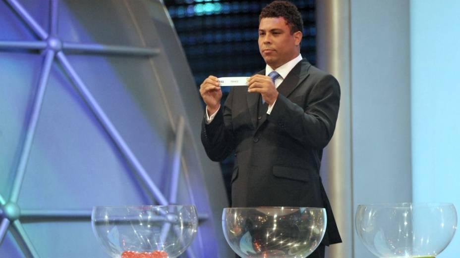Ronaldo participa do sorteio dos grupos das Eliminatórias da Copa, no Rio