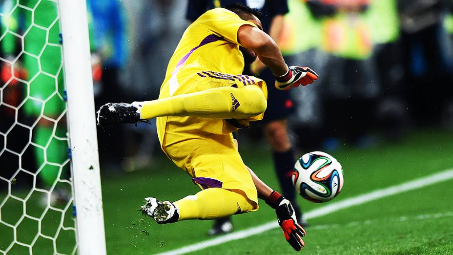 O goleiro argentino Sergio Romero defendeu a cobrança de Ron Vlaar na decisão por pênaltis contra a Holanda