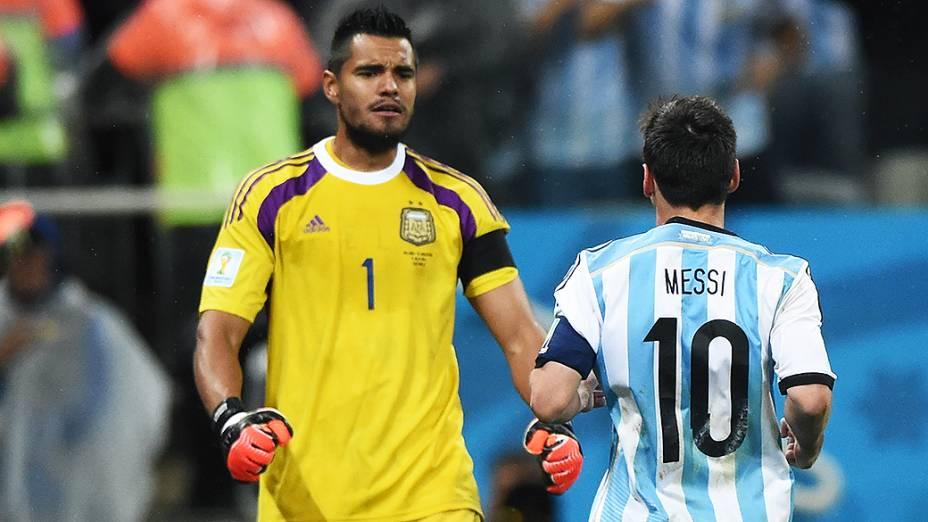 O goleiro argentino Sergio Romero comemora com Messi a vitória na decisão por pênaltis contra a Holanda