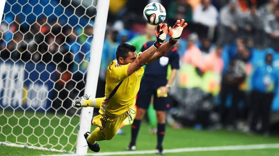 O goleiro argentino Sergio Romero defendeu a cobrança do craque Wesley Sneijder na decisão por pênaltis contra a Holanda