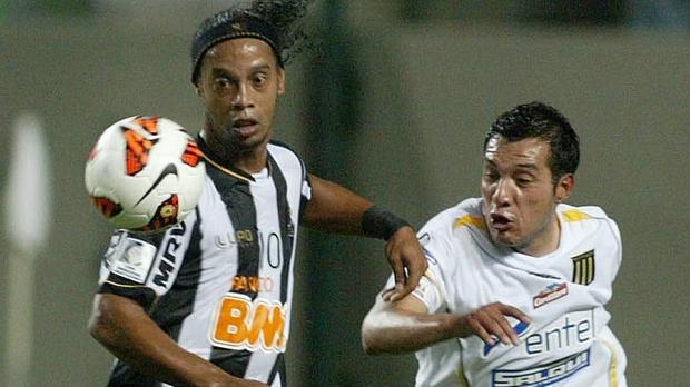 Ronaldinho marcou, de pênalti, o segundo gol do Atlético contra o Strongest