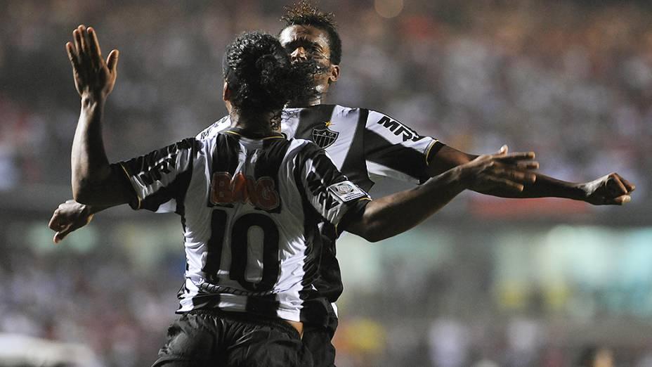 Gol de Ronaldinho Gaúcho do Atlético Mineiro (MG) no jogo de ida das oitavas de final da Taça Libertadores da América no Morumbi