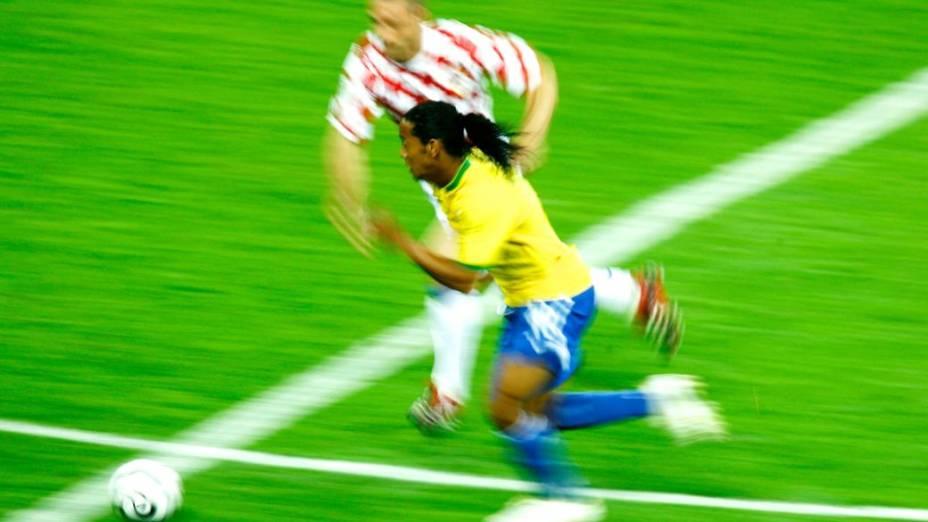 Ronaldinho Gaúcho é marcado por Kovac, da Croácia, na estreia do Brasil na Copa de 2006