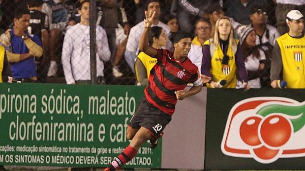 Ronaldinho Gaúcho, do Flamengo, comemora o quinto gol da equipe durante partida contra o Santos, válida pelo Campeonato Brasileiro 2011