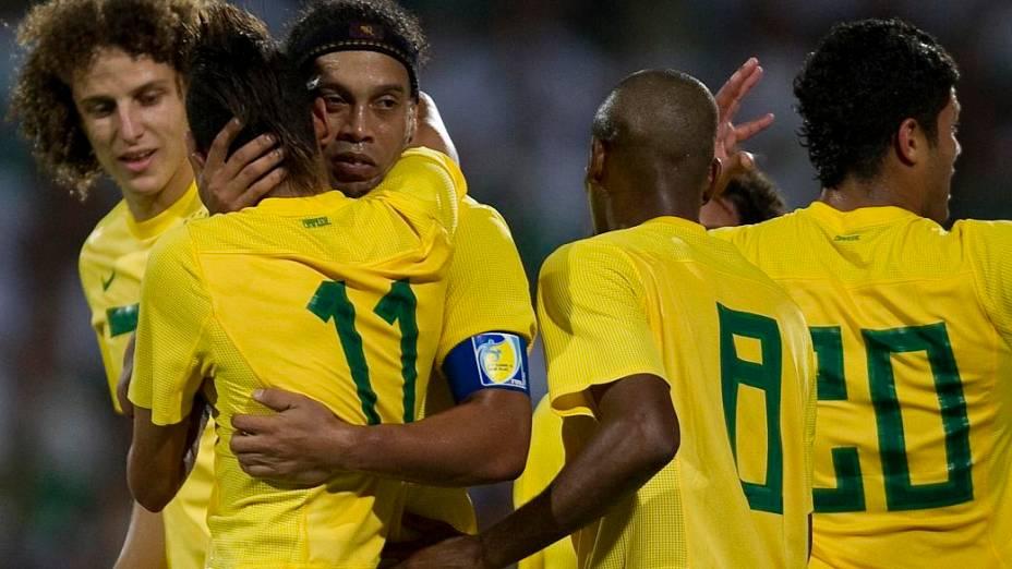 Ronaldinho Gaúcho comemora o fim do jejum de gols pela seleção. Ele marcou o gol de empate no amistoso contra o México, em Torreón