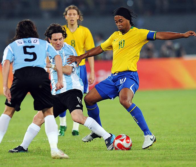 Messi e Ronaldinho durante partida pelos Jogos de Pequim, em 2008