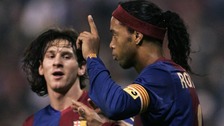 Ronaldinho Gaúcho e Messi durante jogo no Bracelona em 2006