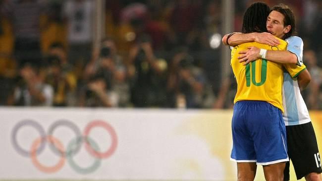 Messi e Ronaldinho se abraçam antes da partida pelos Jogos de Pequim, em 2008