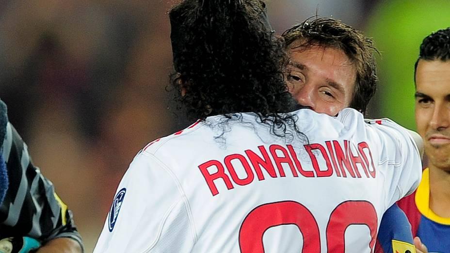Messi e Ronaldinho Gaúcho durante jogo amistoso entre Barcelona e Milan