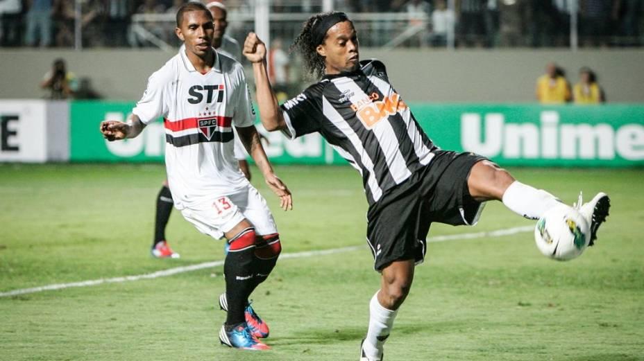 Paulo Miranda e Ronaldinho Gaúcho no jogo entre Atlético-MG e São Paulo no Estádio Independência, em Belo Horizonte, pelo Brasileirão-2012. A equipe mineira venceu a partida