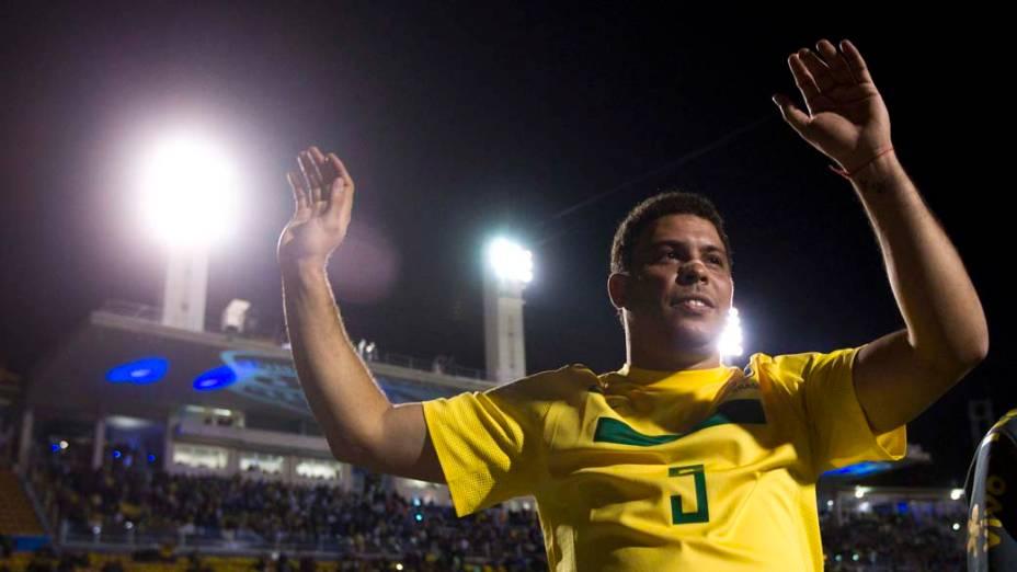 Ronaldo se despede após sua participação na partida contra a Romênia no Pacaembu, São Paulo