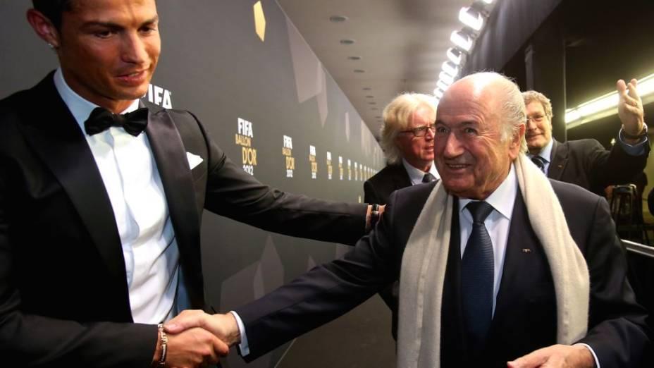Cristiano Ronaldo e Blatter na festa do início deste ano