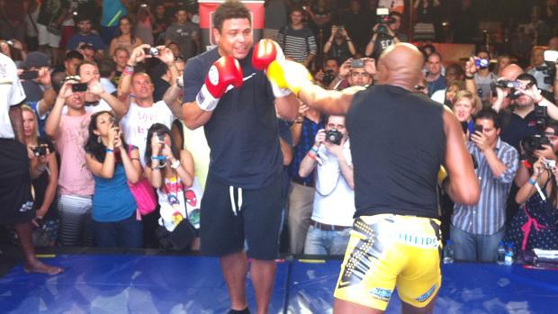 <br><br>  Ronaldo e Anderson Silva nos treinos livres do UFC 148, em Las Vegas