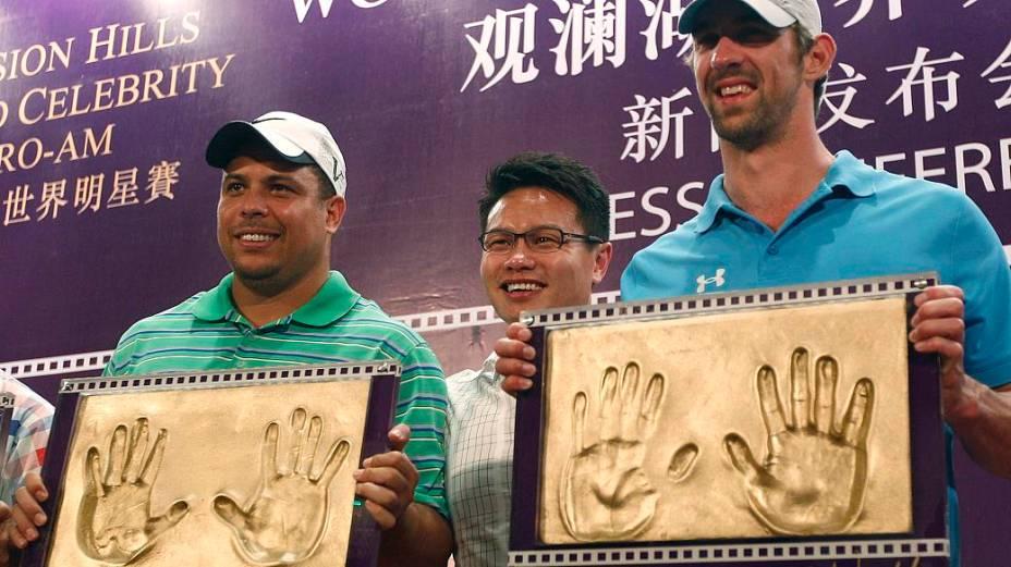 Ronaldo e Michael Phelps gravaram suas mãos na galeria da fama do torneio