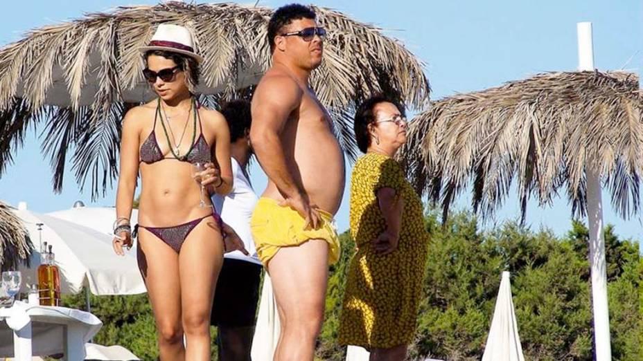 Ronaldo com Bia Antony e a mãe Sônia Nazário, em Ibiza, em 2011