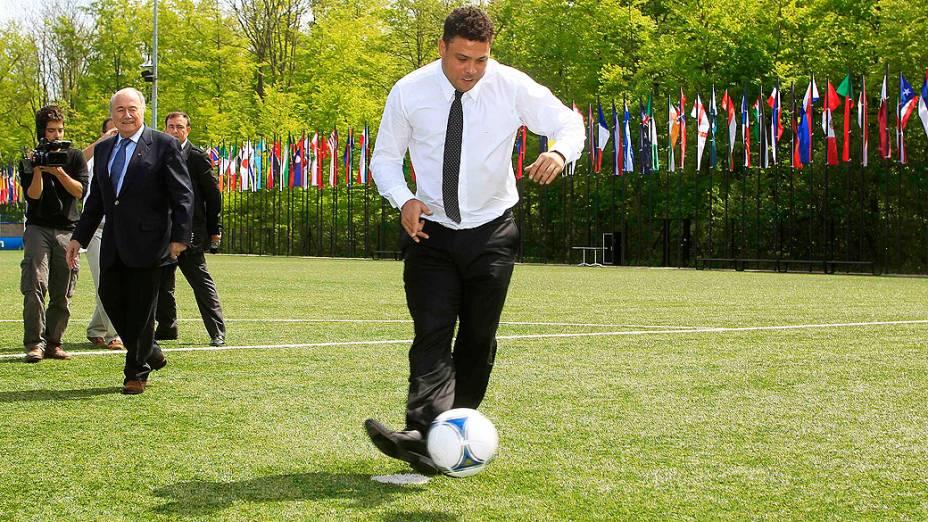 Observado por Blatter, Ronaldo disputa pênaltis com ministro Aldo Rebelo na sede da Fifa, na Suíça