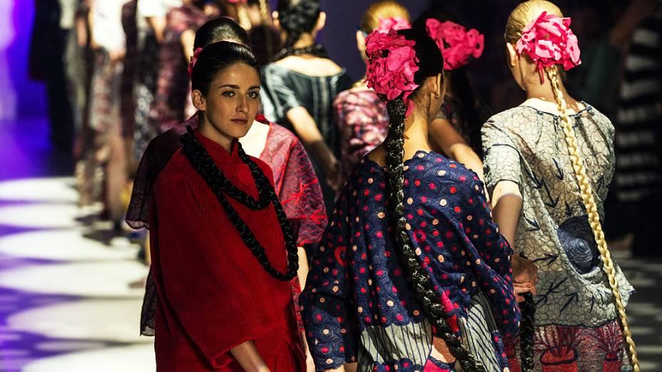 Modelos desfilam peças de Ronaldo Fraga no primeiro dia da São Paulo Fashion Week