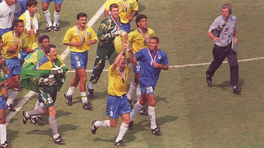 Aos 17 anos, com a camisa da Itália, Ronaldo comemora o título da Copa do Mundo de 1994, nos Estados Unidos