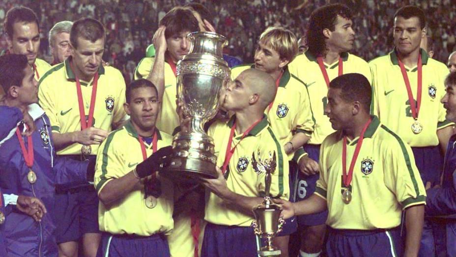 Em 1997, o atacante comemora o título da Copa América depois de vencer a Bolívia por 3 a 1