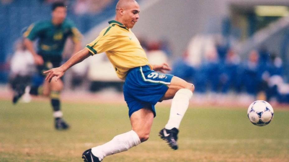 Ronaldo na partida contra a Austrália na Copa das Confederações, em 1997. O atacante fez quatro gols na competição
