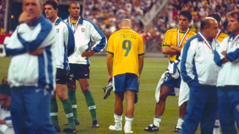 Ronaldo depois da final contra a França na final da Copa de 1998. Minutos antes da partida decisiva, o jogador sofreu uma convulsão. Sua escalação chegou a ser questionada, mas os médicos o autorizaram a entrar em campo