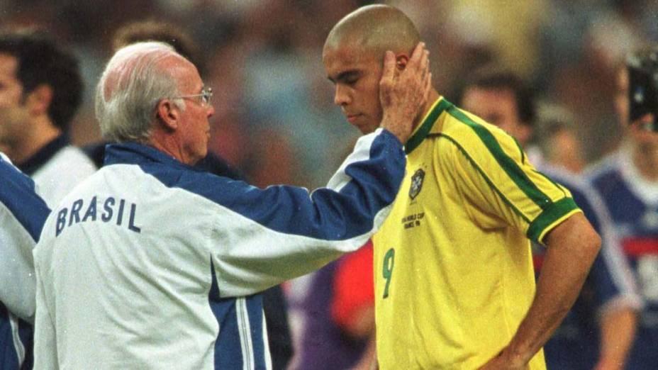 Zagallo consola Ronaldo depois da final da Copa de 1998, na França