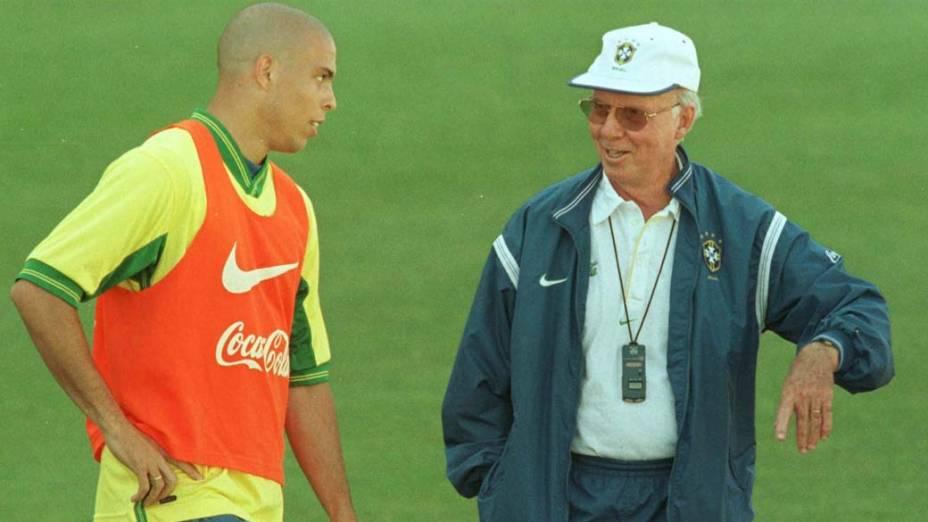 Ronaldo e Zagallo conversam durante um treino da Copa de 1998, na França