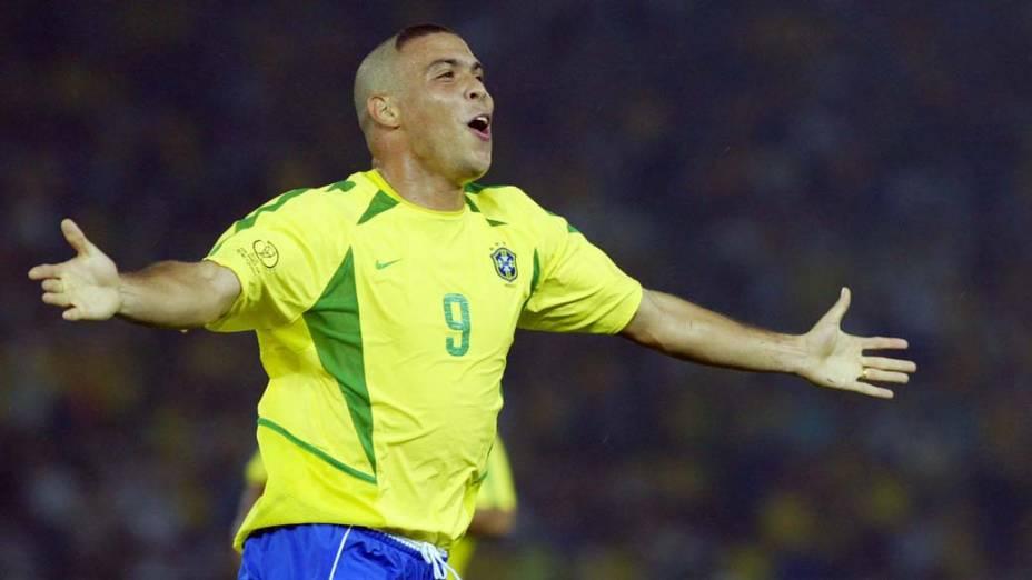 Ronaldo comemora seu segundo gol na final da Copa de 2002, na Coreia do Sul e no Japão