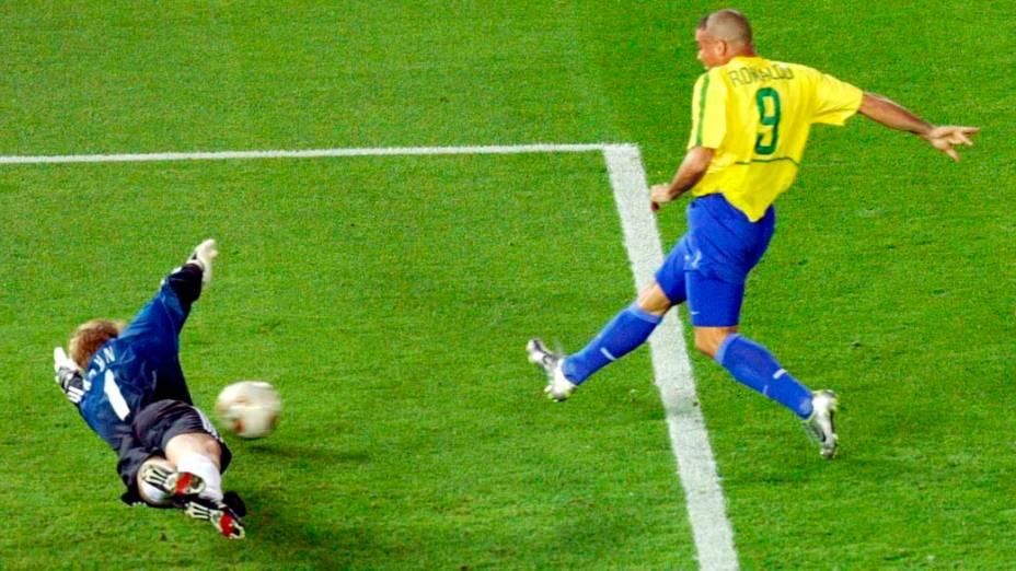 Momento em que Ronaldo chuta para marcar o segundo gol da Copa de 2022, na Coreia do Sul e no Japão
