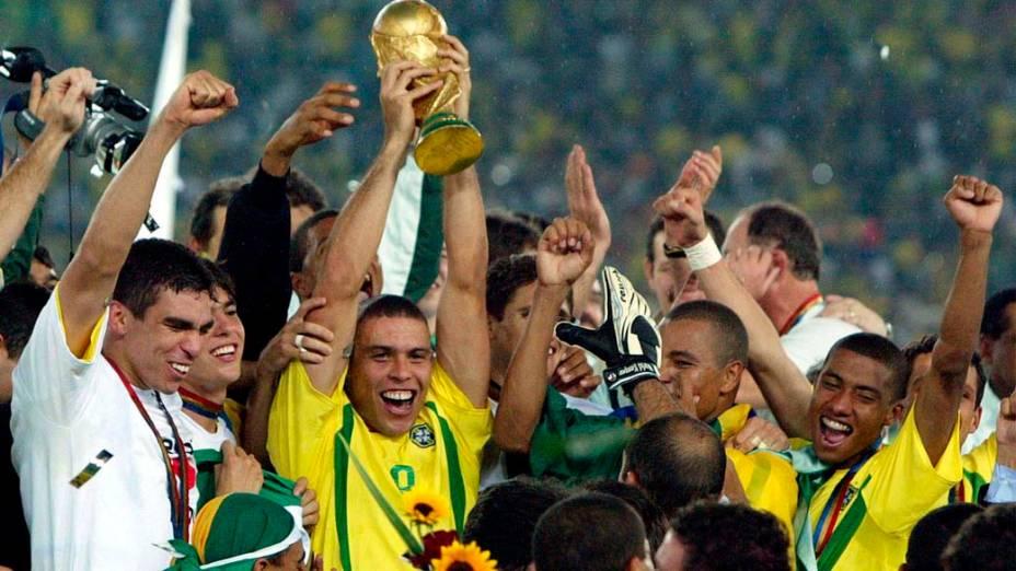 Depois de marcar dois gols na final, Ronaldo levanta a taça de campeão da Copa de 2002, na Coreia do Sul e no Japão