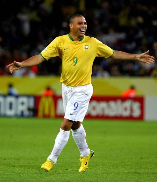 O atacante comemora após marcar um gol de cabeça na partida contra o Japão na Copa de 2006, na Alemanha