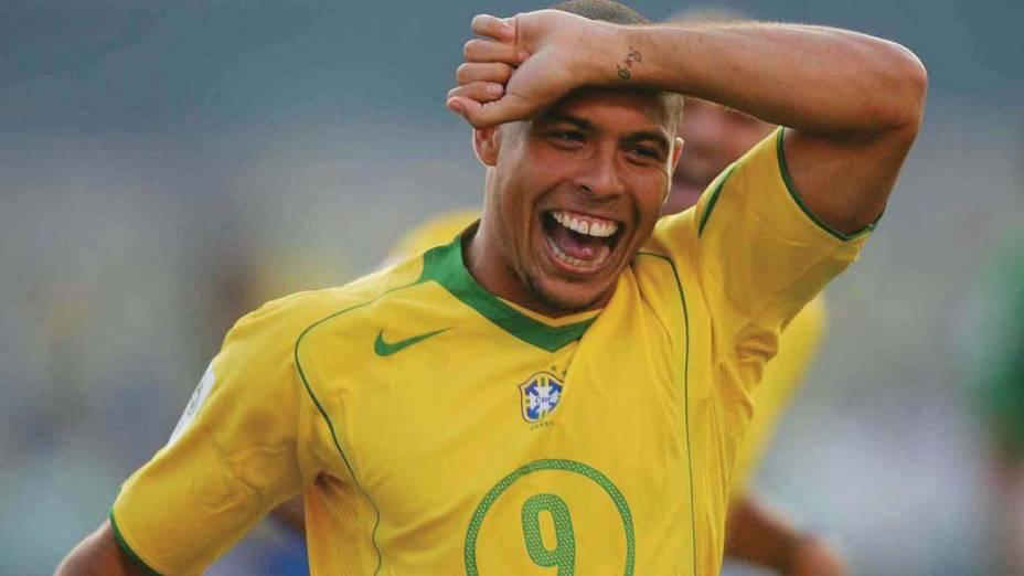 Após fazer o primeiro gol na partida contra a Bolívia, válida pelas eliminatórias Sul-Americanas da Copa de 2006, Ronaldo homenageou sua namorada, na época, Daniela Cicarelli