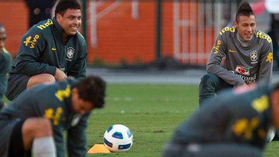 Ronaldo e Neymar durante o treino da seleção brasileira no Estádio do Pacaembu, em São Paulo, antes da despedida do Fenômeno, no amistoso contra a Romênia