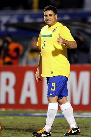 O jogador Ronaldo durante partida contra a Romênia no Pacaembu, São Paulo