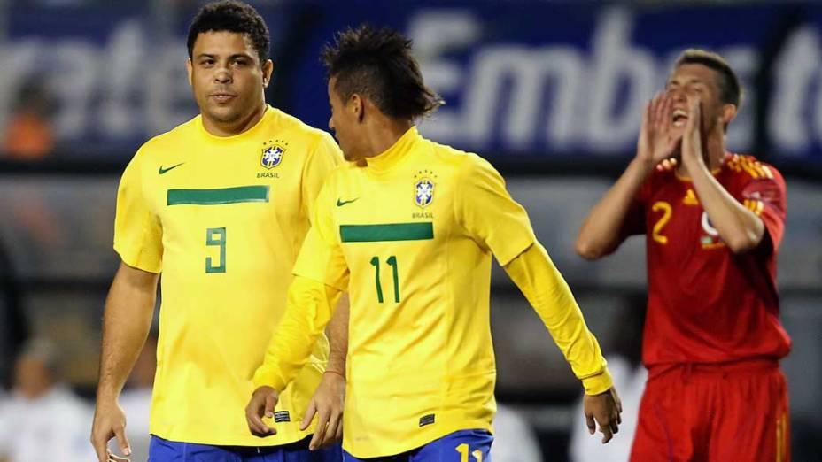 O jogador Ronaldo com Neymar durante partida contra a Romênia no Pacaembu, São Paulo