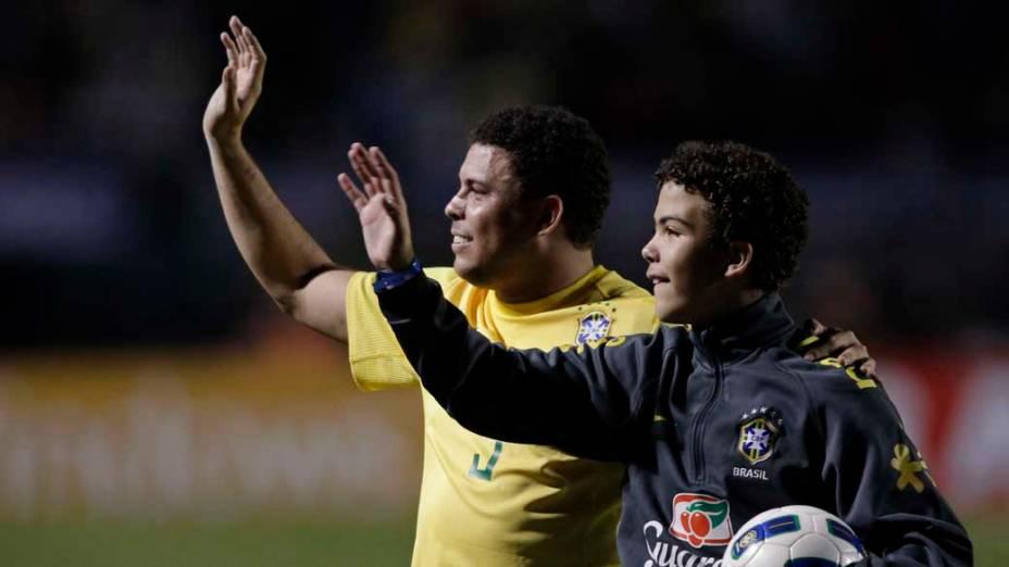 O jogador Ronaldo com o seu filho Ronald na homenagem durante partida contra a Romênia no Pacaembu, São Paulo
