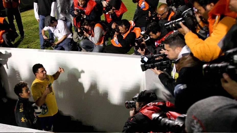 O jogador Ronaldo deixa o gramado após participar da partida contra a Romênia no Pacaembu, São Paulo