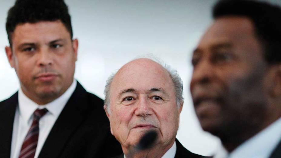 Ronaldo, Sepp Blatter, presidente da FIFA, e Pelé durante evento, em Brasília