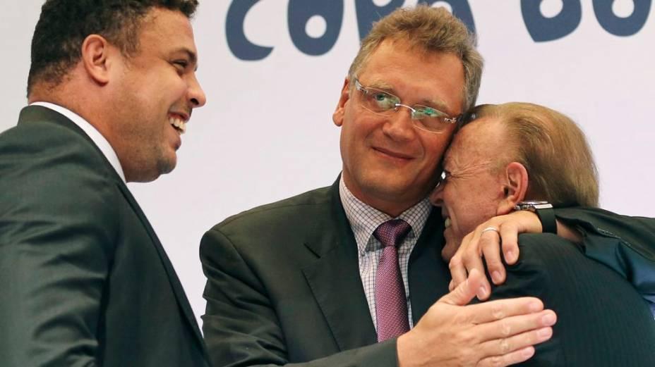 Ao lado de Ronaldo, Jérôme Valcke dá um abraço em José Maria Marin, presidente da CBF e do COL, no Rio de Janeiro