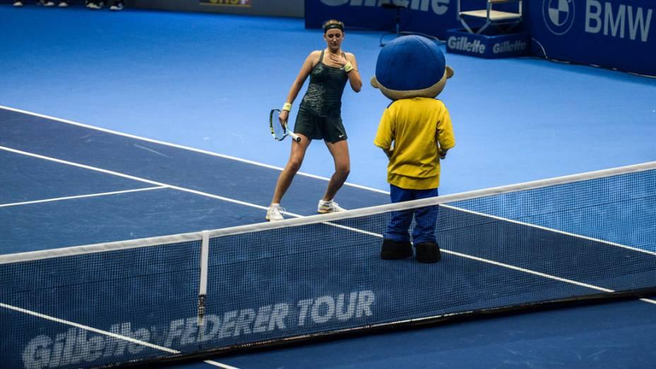 Victoria Azarenka dança durante com mascote a partida contra Serena Williams