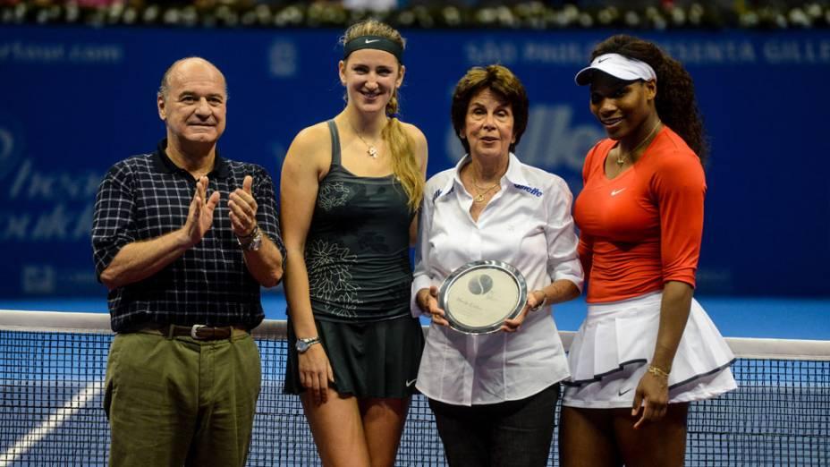 A tenista brasileira Maria Esther Bueno é homenageada durante o Gillette Federer Tour, no ginásio do Ibirapuera, em São Paulo