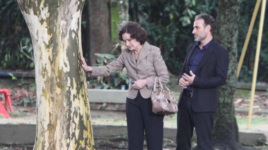 """Magda (Rosa Maria Murtinho) e Samir (Marco Ricca) nas gravações de """"O Astro"""", na Barra da Tijuca"""