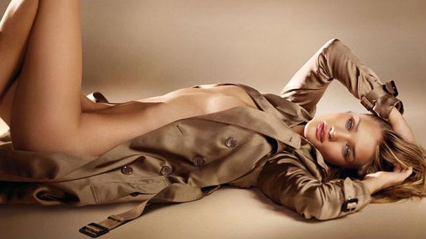 A modelo Rosie Huntington-Whiteley em foto de campanha da Burberry
