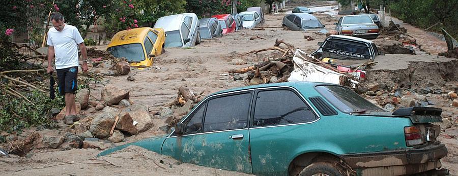 A Rua Teresópolis, em Nova Friburgo, coberta pela lama; a cidade é a mais prejudicada pelas chuvas - 14/1/2011