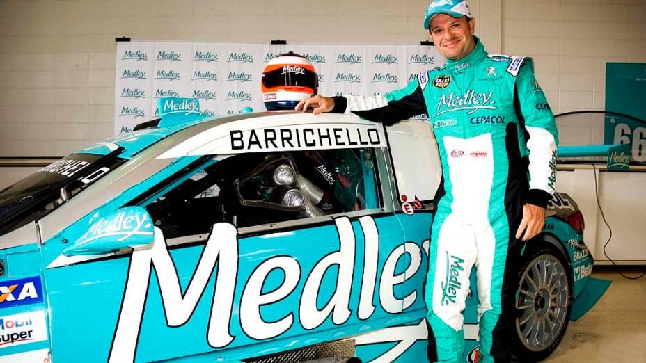 Rubens Barrichello ao lado do carro em que participara da Corrida do Milhão, da Stock Car