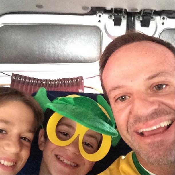 Rubens Barrichello com os filhos rumo ao Itaquerão