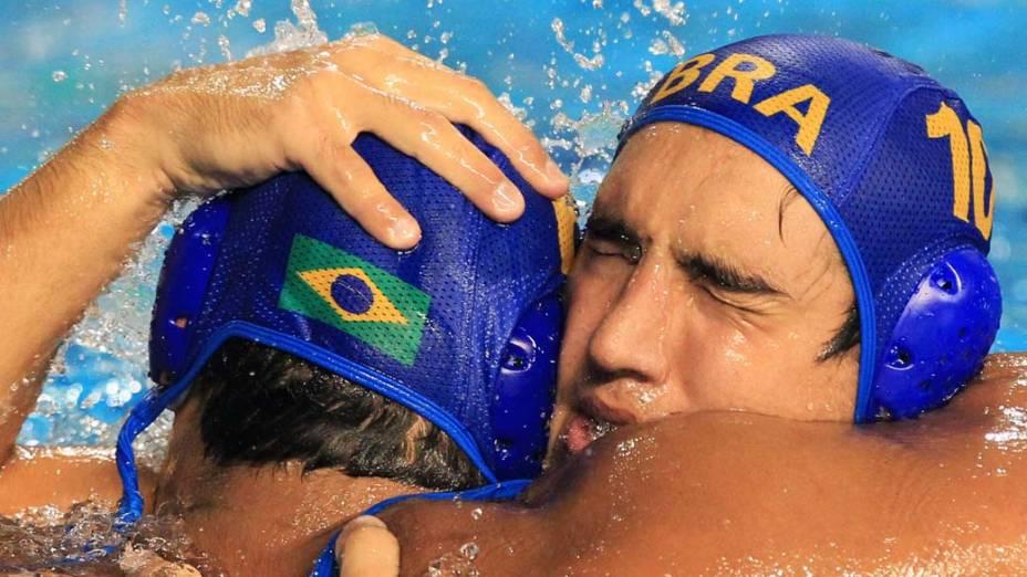 Os brasileiros Ruda Franco e Gabriel Rocha durante a final de polo aquático no décimo quinto dia dos Jogos Pan-Americanos em Guadalajara, México, em 29/10/2011